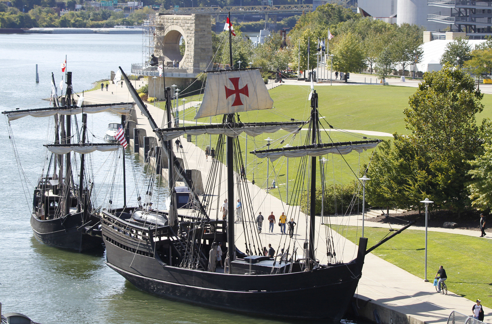 replicas of christopher columbus u0027 ships heading up hudson river