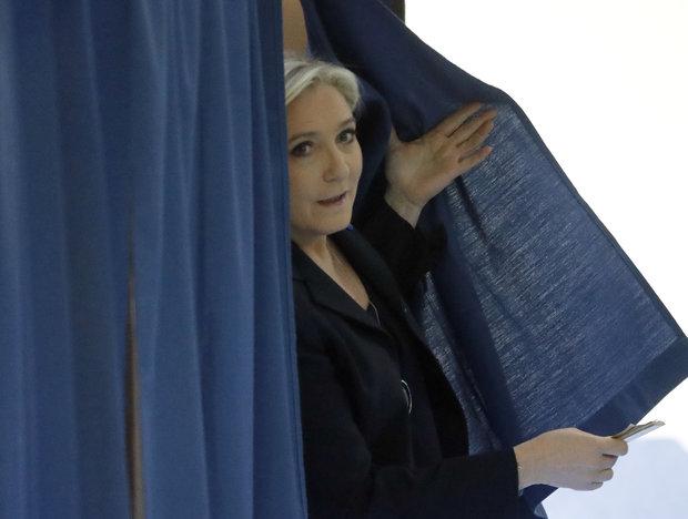 Hundreds march against far-right Le Pen